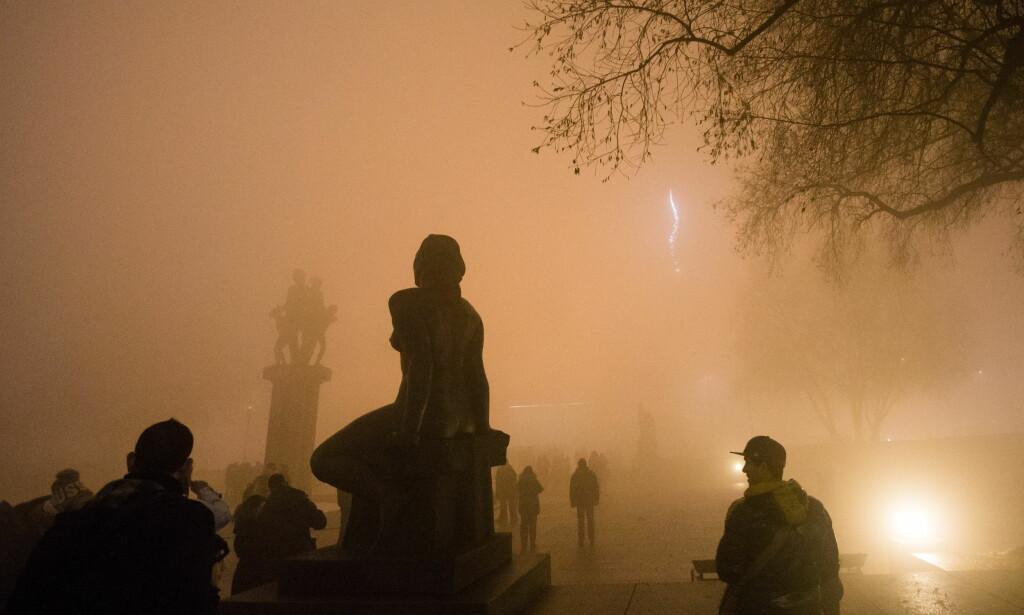 TÅKE: I Oslo ble fyrverkeriopplevelsen kraftig forringet av tett tåke. Foto: Audun Braastad / NTB scanpix