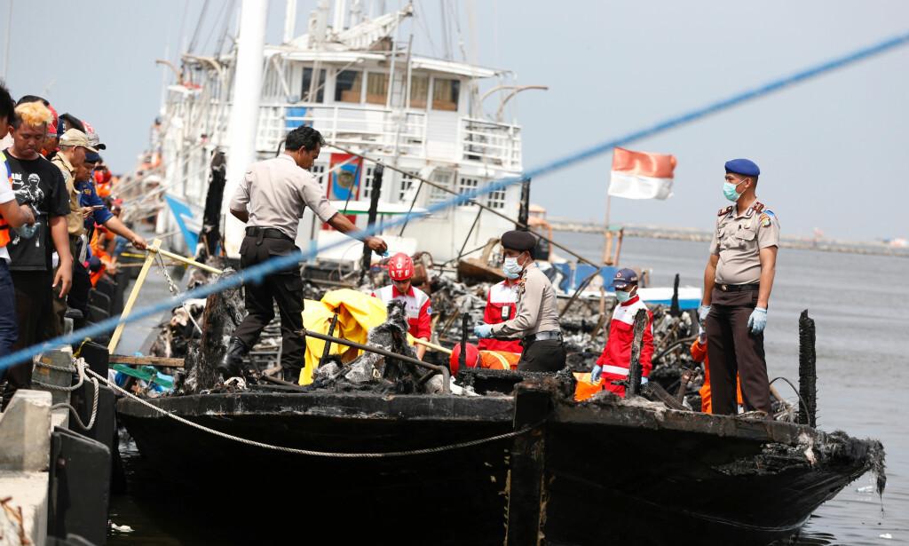 JAKARTA: Minst 23 omkom da en båt begynte å brenne utenfor Jakarta i Indonesia. Foto: Reuters / NTB Scanpix