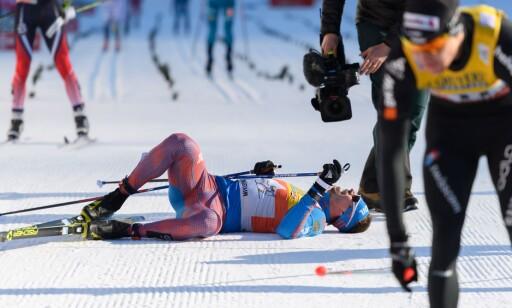 I KJELLEREN: Seieren på enda et distaserenn kostet mye krefter for den tidligere spesialsprinteren Ustiugov. Han ble liggende i målområdet helt til Martin Johnsrud Sundby kom for å gi han en anerkjennende klem. FOTO: AFP/ Fabrice Coffrini.
