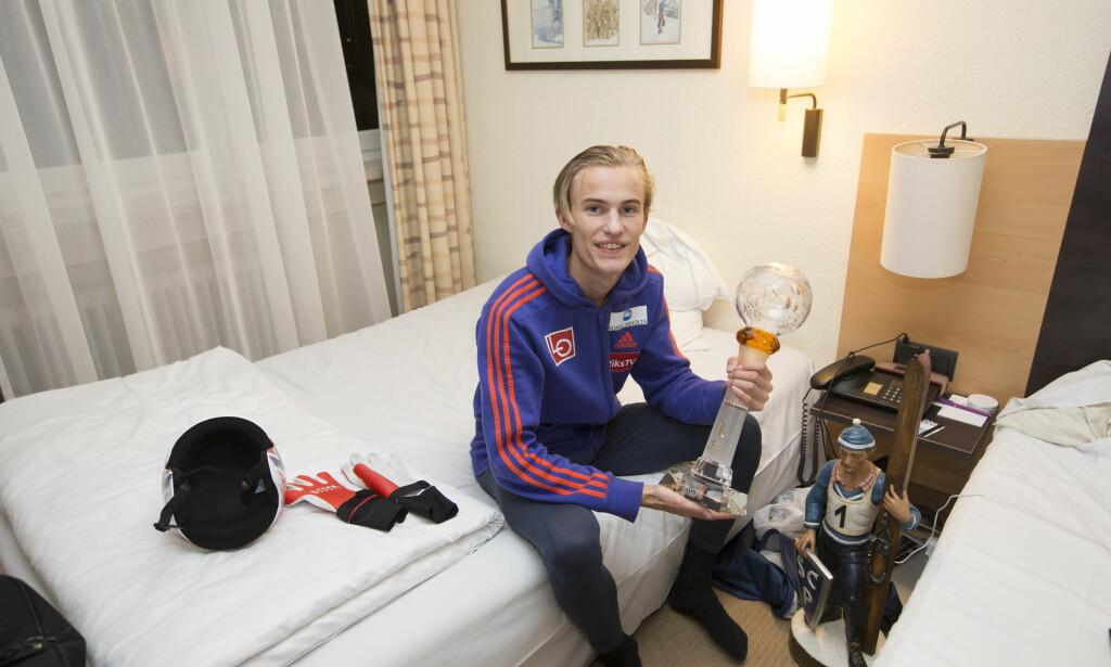 GLAD OG FORNØYD: Daniel-André Tande roet ned på rommet i går kveld. Her med glassula etter seieren i Nyttårshopprennet. Foto: Terje Bendiksby / NTB Scanpix
