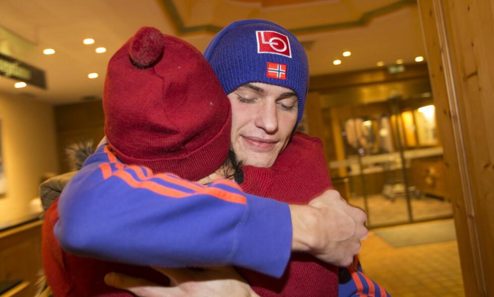 MOR OG SØNN: Daniel-André Tande fikk en klem av mamma Trude etter seieren i Nyttårshopprennet. Foto: Terje Bendiksby / NTB Scanpix