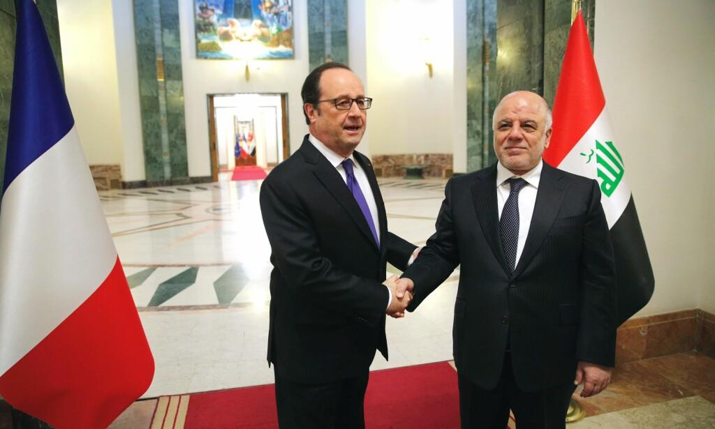 ALLIERTE: Iraks statsminister Haider al-Abadi (R) og Franrikes president Francois Hollande, før deres møte i Baghdad 2.januar 2017. / AFP PHOTO / POOL / Christophe Ena