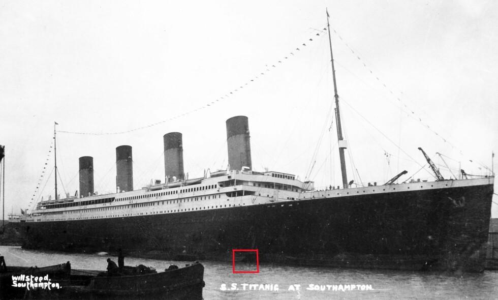 SVART FLEKK: Den irske redaktøren og forfatteren Senan Molony hevder at denne svarte flekken på Titanic kan ha medvirket til at skipet gikk ned. Direktør ved Bergens Sjøfartsmuseum mener at en slik påstand er vanskelig å forholde seg til. Foto: Privat / Senan Molony