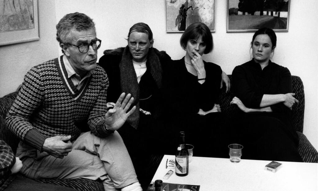 STJERNELAG: «Ormens väg på hälleberget» hadde premiere i 1986. Her (fra venstre) regissør Bo Widerberg og skuespillerne Stellan Skarsgård, Stina Ekblad og Pernilla Östergren, som medvirket i filmen. Foto: Krister Nyman / SvD / NTB Scanpix