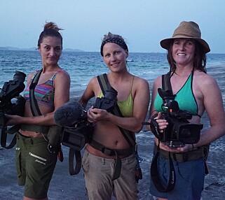 FILMER ALT SELV: Det er ingen andre enn jentene på øya. Derfor er tre av deltakerne profesjonelle fotografer. Her ser vi Nada Bojic, Jenny Skjærseth og Ingeborg Jakobsen. Foto: TV 2