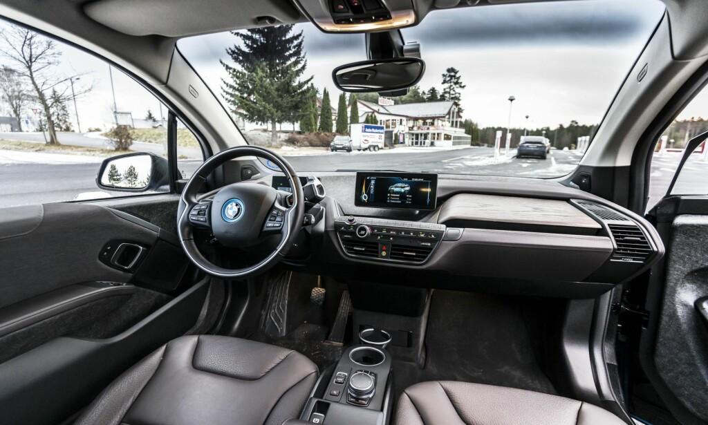 TODELT OVERSIKT: Du har et display foran rattet, og et øverst i midtkonsollen i BMWi3. Alle foto: Jamieson Pothecary