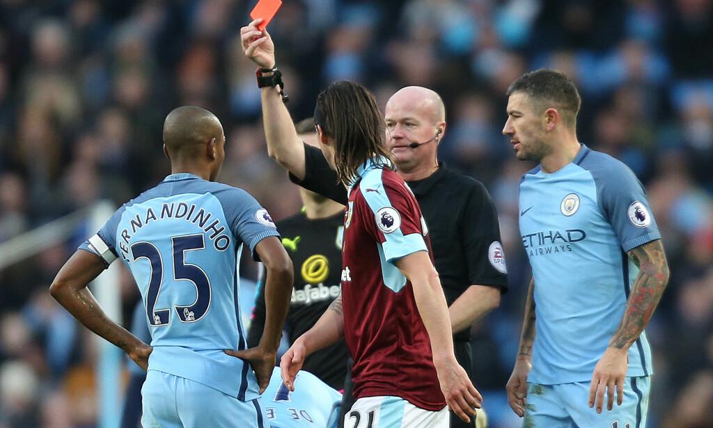UTVIST IGJEN: Fernandinho fikk sitt tredje røde kort på seks kamper mot Burnley. Manchester City spilte med én mann mindre i en time, men klarte likevel å vinne. Foto: NTB Scanpix