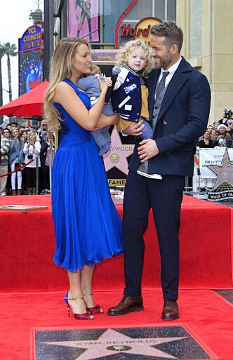 SØTE JENTER: Blake Lively og Ryan Reynolds viste stolt frem døtrene sine på Hollywood Walk of Fame. Foto: Scanpix