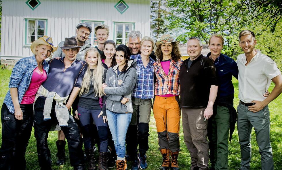 STOR INTERESSE: Her med Lotto-vertinne Ingeborg Myhre Luedlow (42), «Fjorden Cowboys»-stjerne Leif-Einar «Lothepus» Lothe (47), komiker og «Sofa»-stjerne Tore Petterson (37), blogger og eventyrer Tonje Blomseth (23), toppsvømmer og modell Lavrans Solli (25), tv-baker Ida Gran-Jansen (29), tidligere modell og pokerspiller Aylar Lie (33), skuespiller og programleder Jarl Goli (59), supermodell og programleder Vendela Kirsebom (50), treningsguru og tv-profil Kari Jaquesson (55), tv-kokk Lars Barmen (54) og realitykjendis Petter Pilgaard (37). Ytterst til høyre står «Farmen»-programleder Gaute Grøtta Grav. Foto: Bjørn Langsem