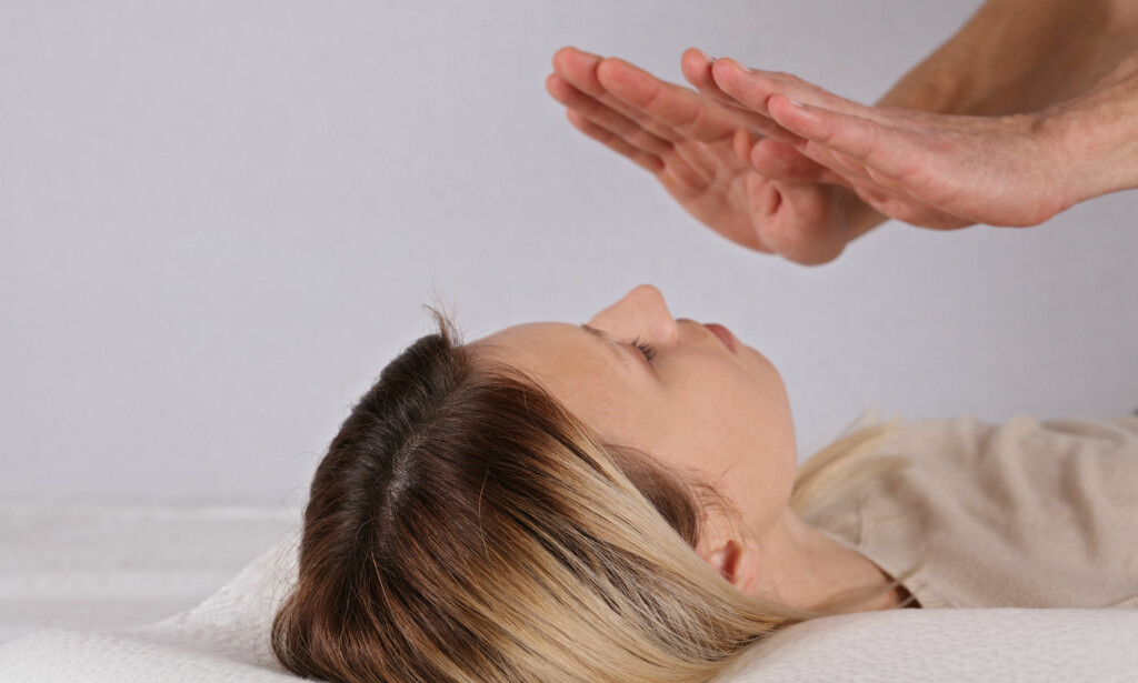 STOR GRUPPE: Alternativ behandling defineres gjerne som det som utføres av ikke-autorisert helsepersonell, og innbafatter alt fra healing til akupunktur, soneterapi og kopping. Det er et uoversiktlig marked. Foto: NTB Scanpix.