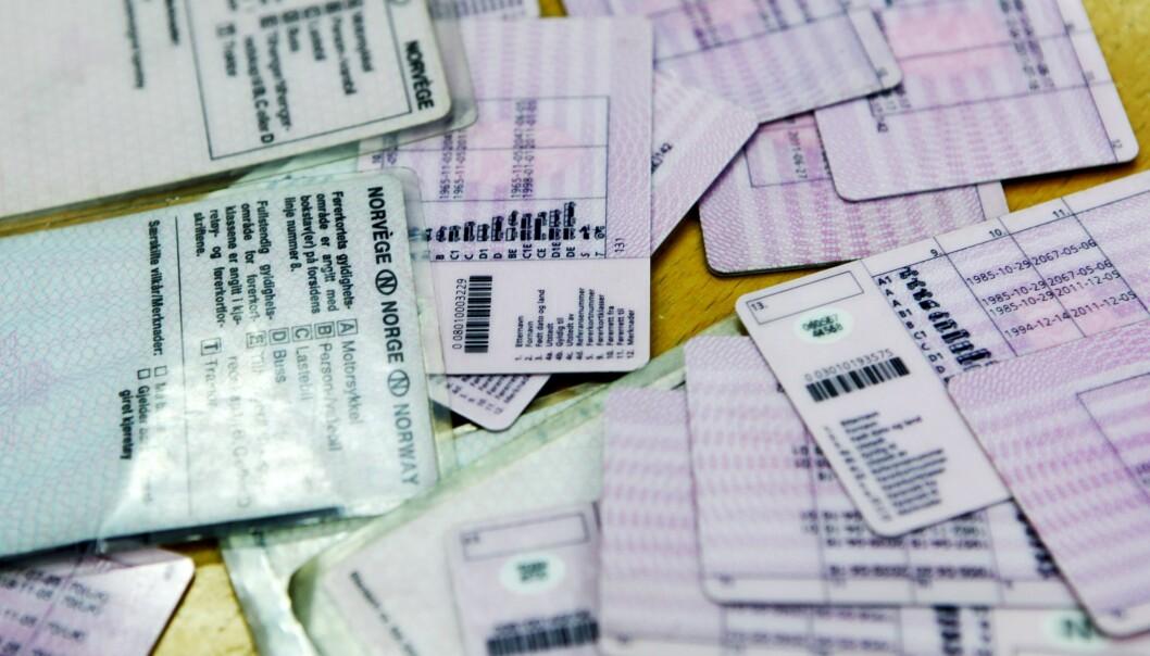 <strong>SNART ULOVLIGE:</strong> De rosa og plastlaminerte A7-papirkortene til venstre må byttes før 2023, om innehaverne fortsatt skal få lov til å kjøre bil i Norge. De er allerede ulovlige i utlandet. Foto: NTB Scanpix