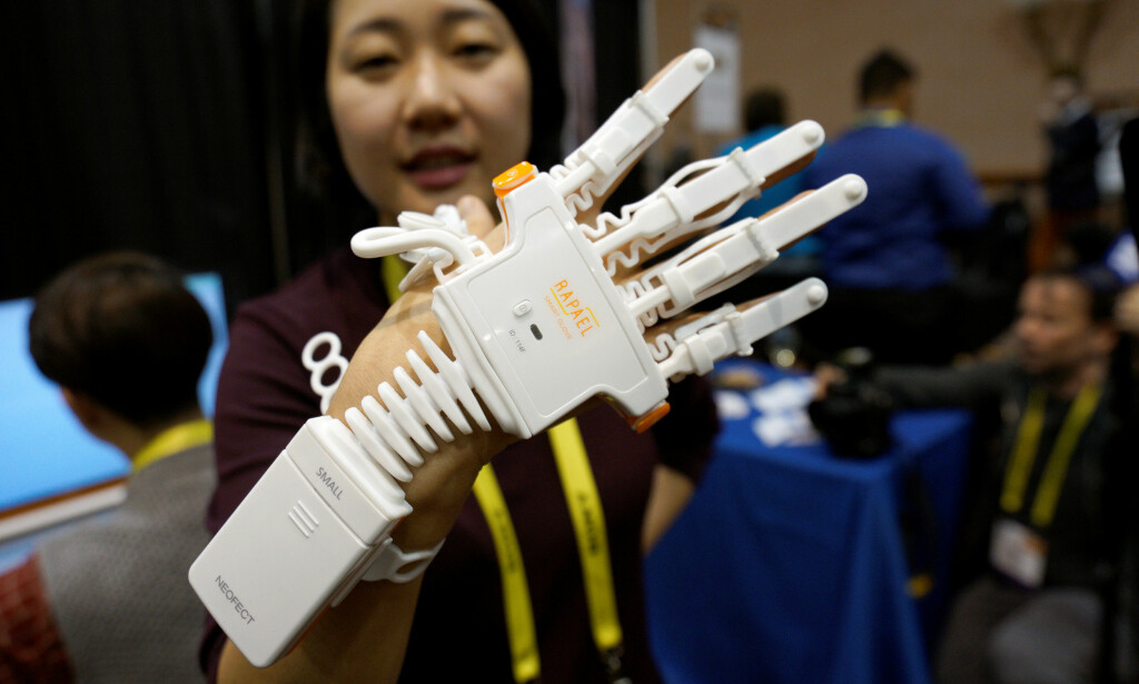 SMARTHANSKE: Neofect var tilstede under CES 2017 i Las Vegas. Her demonstreres Rapael Smart Glove for slagpasienter.  REUTERS/Rick Wilking