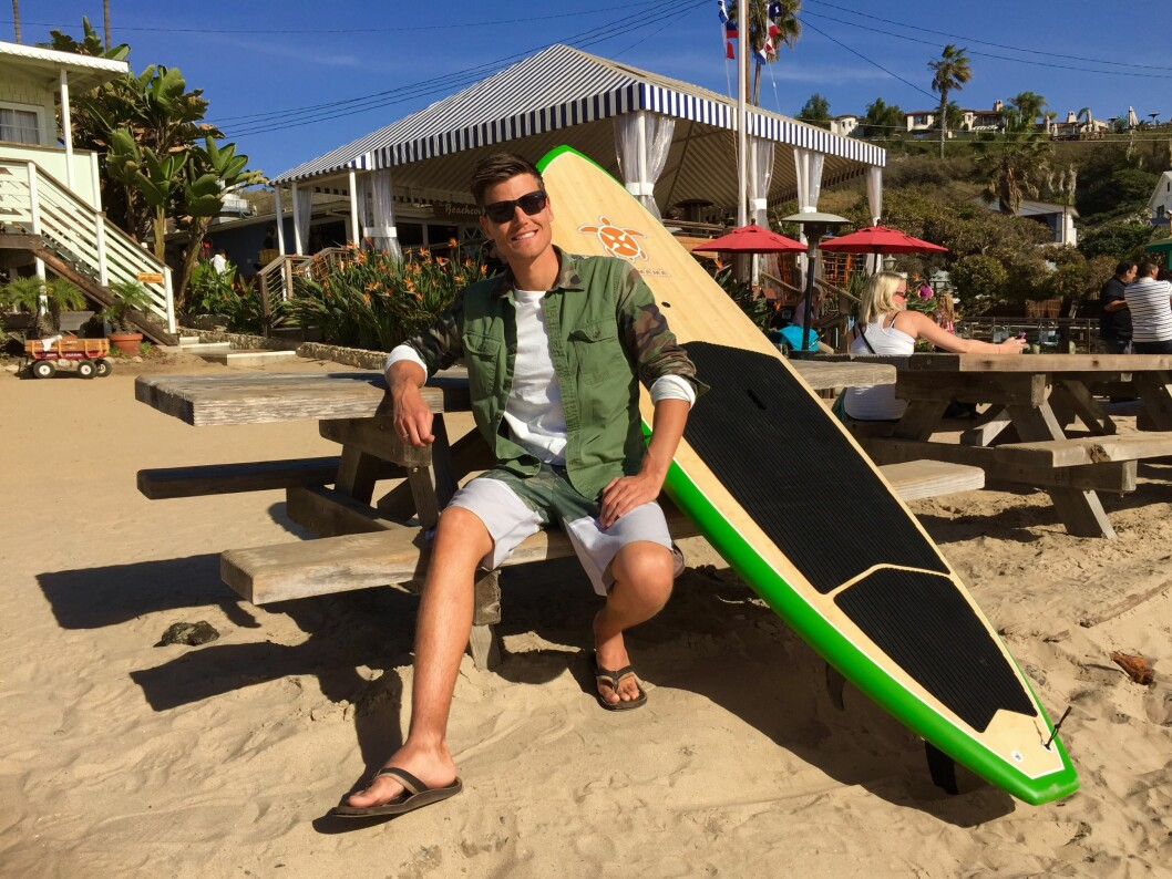<strong><b>I BALANSE:</strong></b> Aasbø rekker å kose seg litt i USA også. Paddleboardet gir balansetrening men mest moro. Foto: FRED MAGNE SKILLEBÆK