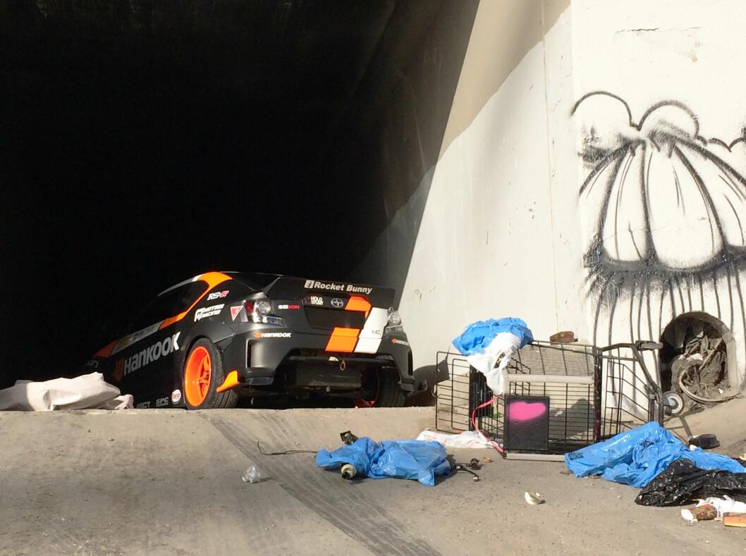 <strong><b>BEHIND THE SCENES:</strong></b> Det er mange som bor i de tørrlagte akvaduktene. Foto: PAPADAKIS RACING
