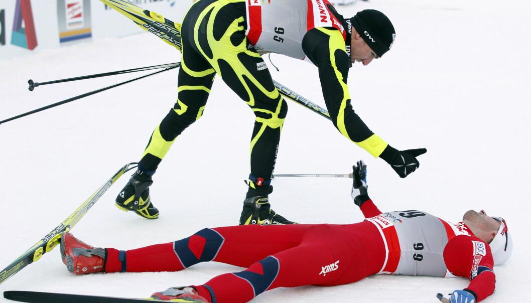 RESPEKT: Maurice Manificat har stor respekt for Petter Northug. Franskmannen savner Northugs tilstedeværelse i verdenscupen, men én ting reagerer han på. Her gir Manificat tommelen opp til Northug etter en Tour de Ski-duell for fem år siden. Foto: Lise Åserud / Scanpix