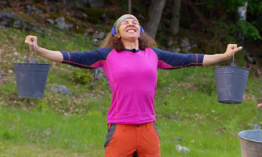 GA ALT: Kari Jaquesson kjempet iherdig for å holde melkespannene i riktig posisjon. Foto: TV 2