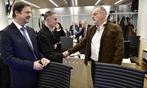HILSTE: Eirik Jensen hilste på Gjermund Cappelens forsvarer Benedict de Vibe (i midten). Jensens forsvarer John Christian Elden til høyre. Foto: Lars Eivind Bones / Dagbladet