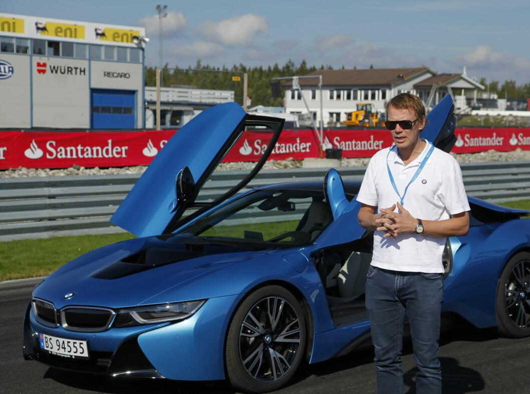 <strong><b>SPORTSHYBRID:</strong></b> BMWs representant Kjetil Myhre, presiserer at dette ikke er noen banebil, men hadde deres andre modeller klart banekjøring like bra, hadde det ikke vært noe problem. Foto: RUNE M. NESHEIM