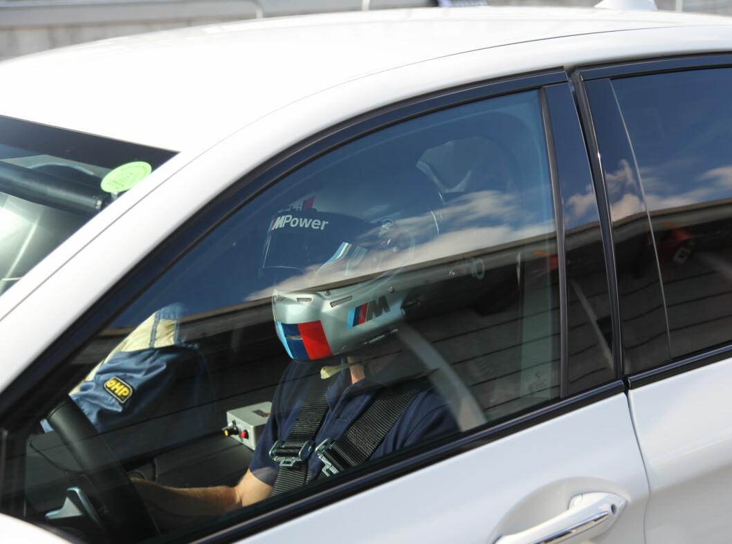 <strong><b>SERIØST:</strong></b> En standard M5 med fire racestoler og helbur ble brukt som taxi for de som ville føle banen i sladd - som passasjerer. Foto: RUNE M. NESHEIM