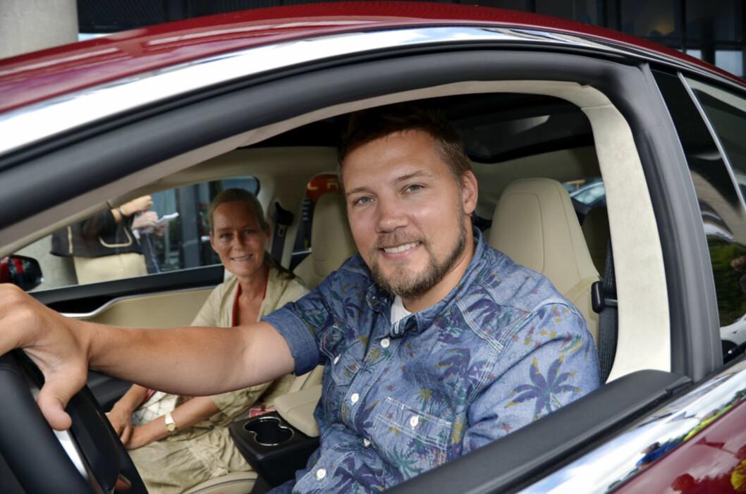 Andreas Gallefoss er fornøyd med å være nybakt Tesla-eier. I passasjersetet på jomfruturen sitter Wenche Bjørnstad, som også har en bestilling inne. Foto: Stein Inge Stølen