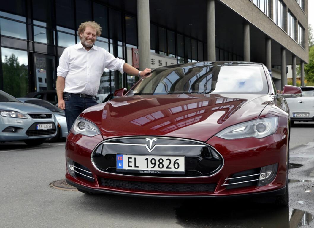 Frederic Hauge fikk æren av å kjøre av gårde i Norges første forhåndsbestilte Tesla Model S. Foto: Stein Inge Stølen