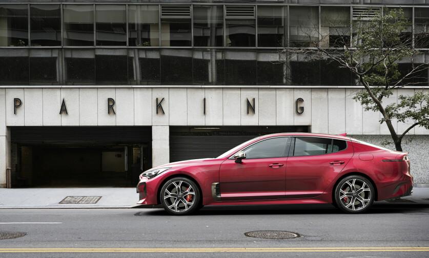 <strong>SPORTS-SEDAN:</strong> Som 4-dørs GT har Stinger kupé-lignende silhuett - ikke ulik Tesla Model S. Foto: Kia