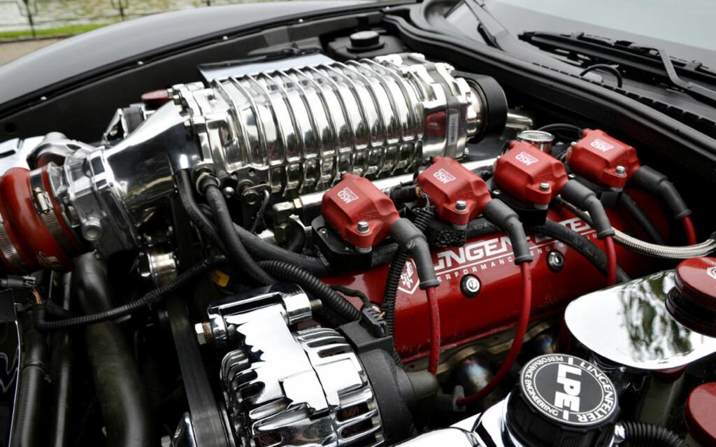 """84 000 dollar er spandert i oppgraderinger. Dette inkluderer blant annet ny innmat i den originale 6-liters Corvette-motoren, en diiiger Magnussen 112-kompressor og MSD """"Red"""" coilsett. Foto: Stein Inge Stølen"""