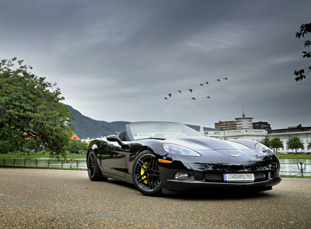 Det blir ikke tøffere enn dette. Den sorte Lingenfelter Corvetten fører tankene til alt som er sort og tøft.  I tillegg matcher både motor, understell og bremser det dødsbrutale utseendet. Foto: Stein Inge Stølen
