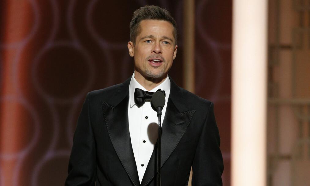 <strong>OVERRASKET:</strong> En velkledd Brad Pitt ble møtt med jubel da han dukket opp på scenen under Golden Globe-utdelingen i Beverly Hills søndag kveld. Foto: Paul Drinkwater / NBC via AP / NTB Scanpix