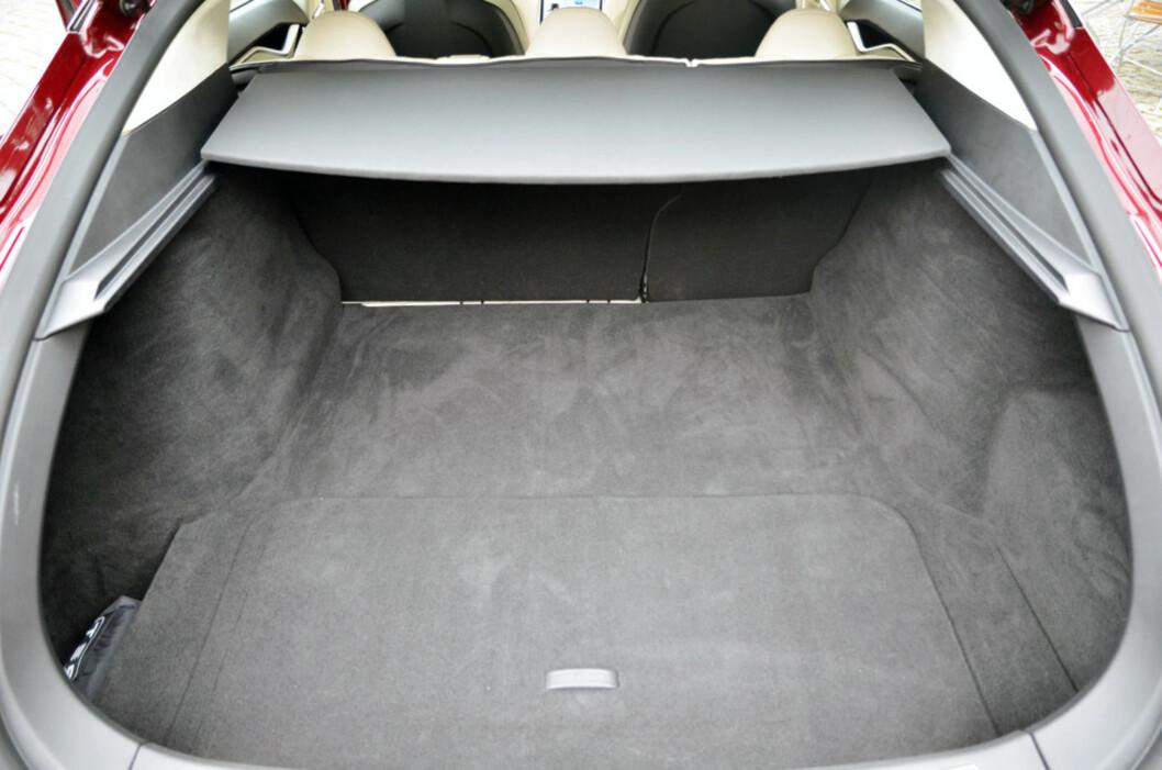Dette bagasjerommet rommer 736 liter alene. Legger du til det lille rommet under panseret, har du 877 liter totalt. I tillegg kan baksetene legges ned som på andre personbiler.  Foto: Stein Inge Stølen