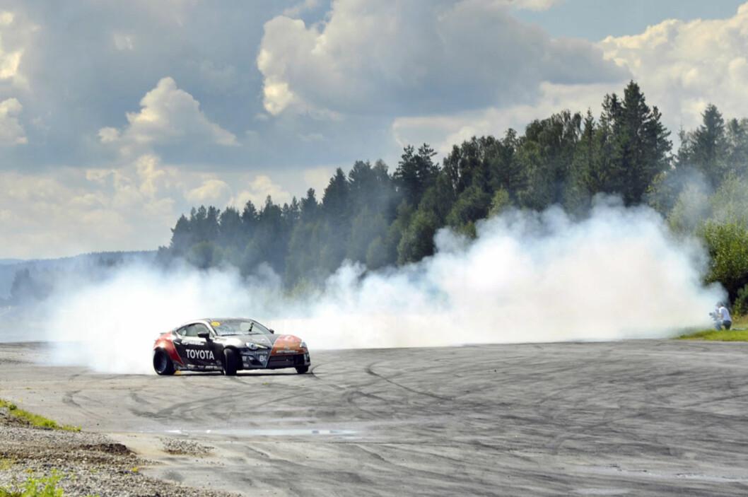 <strong>TÅKEBANKER:</strong> Så mye røyk kommer det ikke fra en standard Toyota GT86. Fredric Aasbøs monster-Toyota har en Supra-motor med 650 hk og 870 Nm på hjula... Foto: Stein Inge Stølen