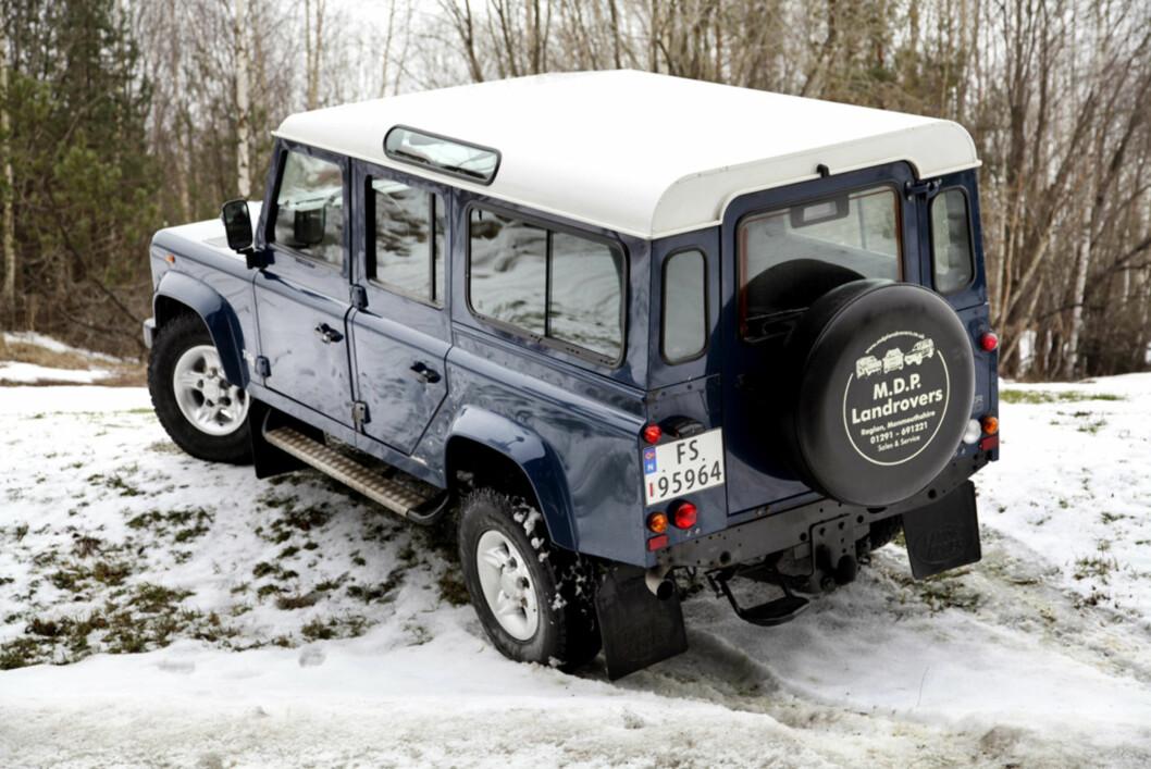 Land Rover Defender i kjent positur. Foto: Stein Inge Stølen