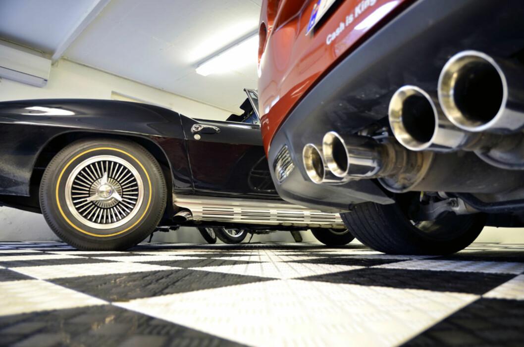 Den digre V8eren på sju liter trenger store rør for å bli kvitt avgassene.  Foto: Stein Inge Stølen