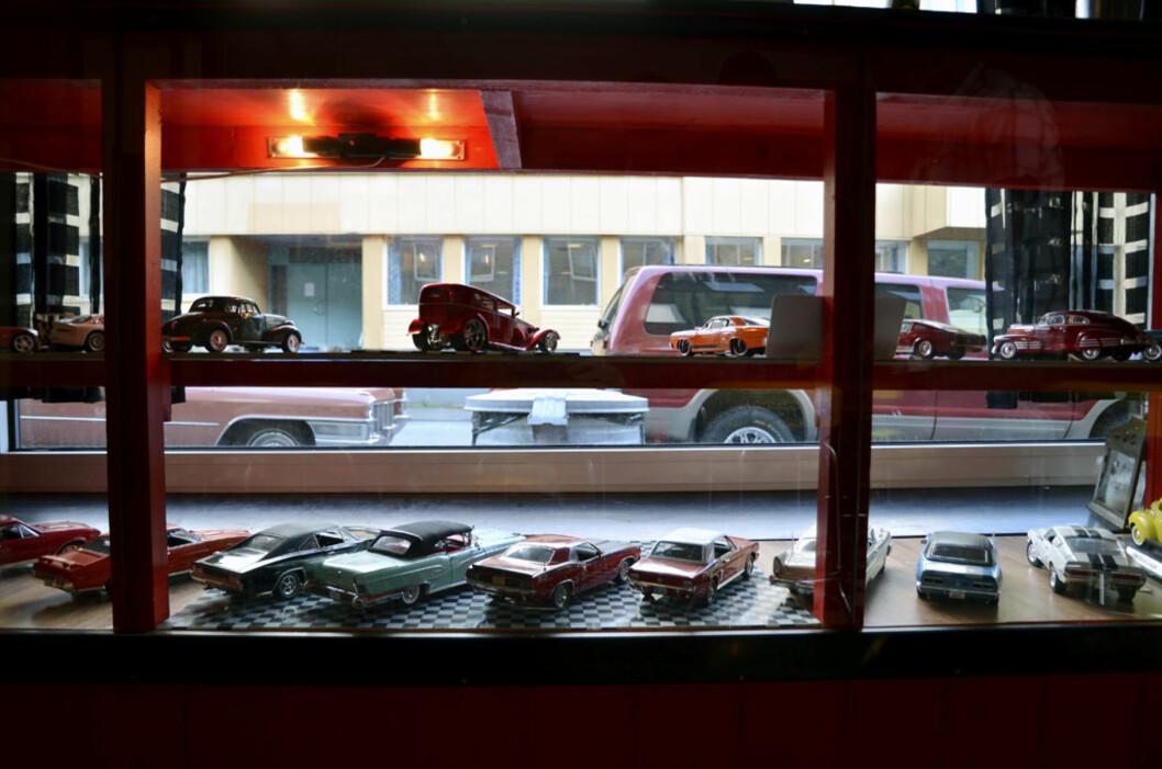 Bilmodell-samlingen pryder vinduene i klubblokalene. Foto: Stein Inge Stølen