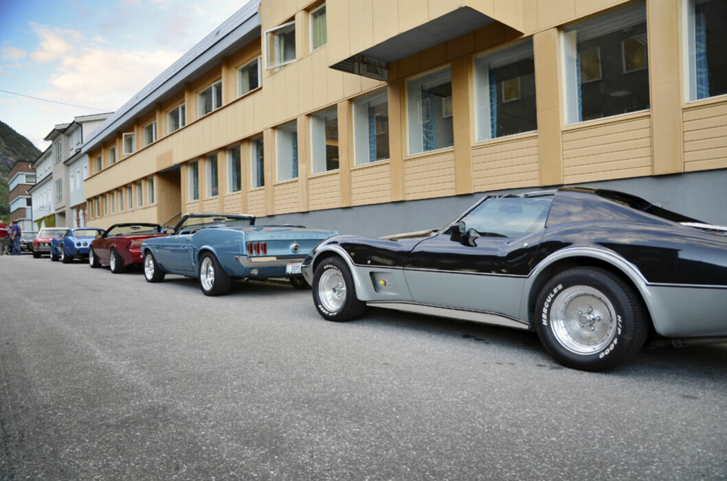 Dette er en helt vanlig torsdag. Amcar-klubben i Årdal har godt oppmøte på de ukentlige treffdagene. Foto: Stein Inge Stølen