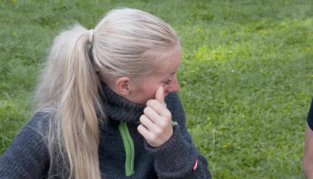 <strong>SLEIT MED Å HOLDE TÅRENE TILBAKE:</strong> Tonje Blomseth synes det var tungt å gi de andre deltakerne beskjeden om at hun ønsker å trekke seg. Foto: TV 2