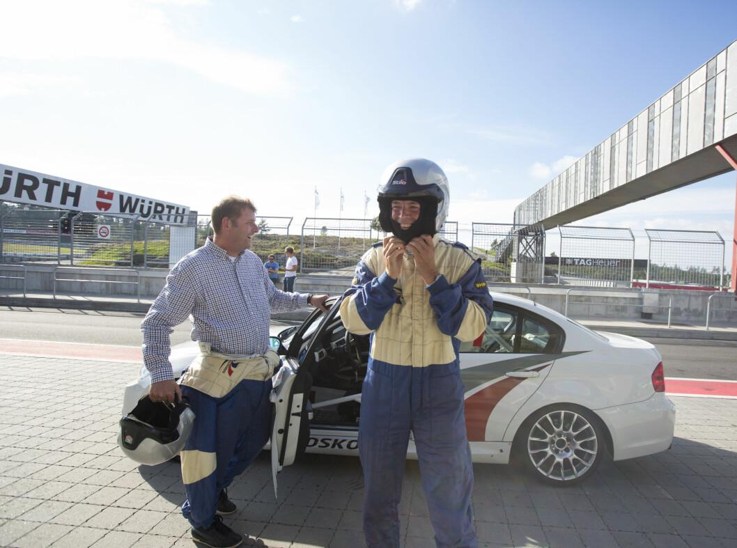 <strong><b>SEIERHERRENE:</strong></b> To fornøyde herrer fra Finansavisen og NTB etter å ha kjørt bra og hatt et fenomenalt raskt førerbytte. Foto: ERIK FIVE