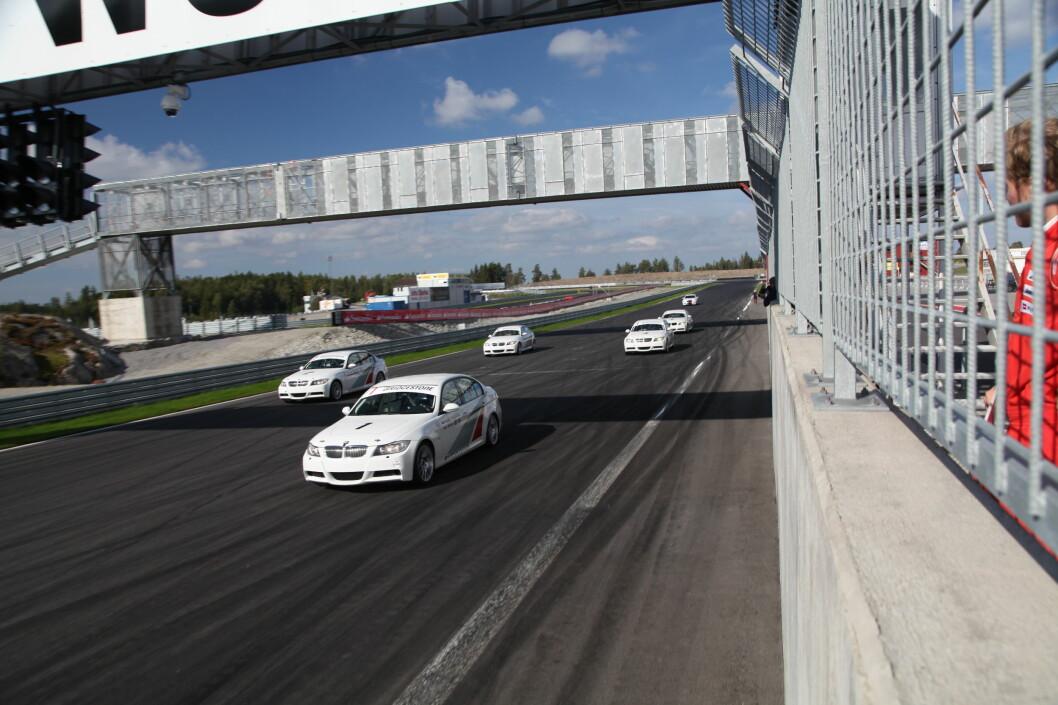 <strong><b>30 MIN RACE:</strong></b>5 stk, raceriggede BMW 325 sto til vår disposisjon. GØY. Foto: RUNE M. NESHEIM