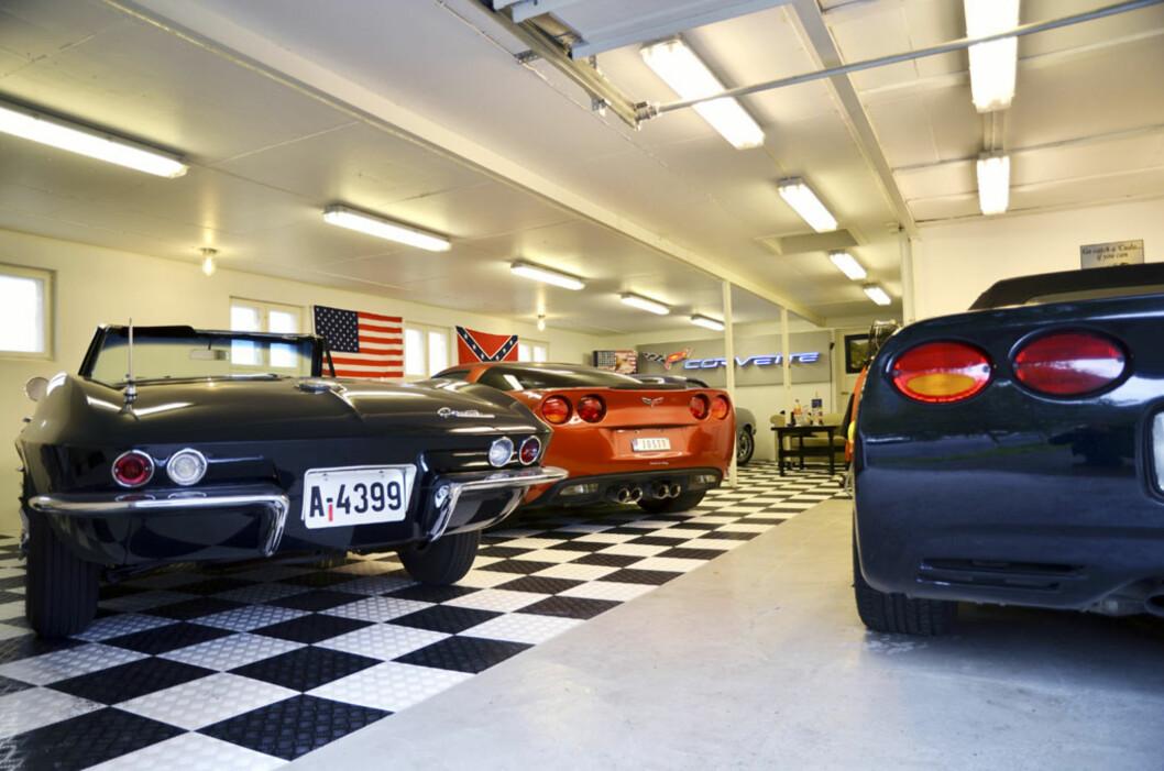 Til høyre kan Reiduns Corvette C5 Cab skimtes. Til venstre foran står C2 Stingray Cab'en foran samlingens råskinn, en Corvette C6 Z06. Foto: Stein Inge Stølen