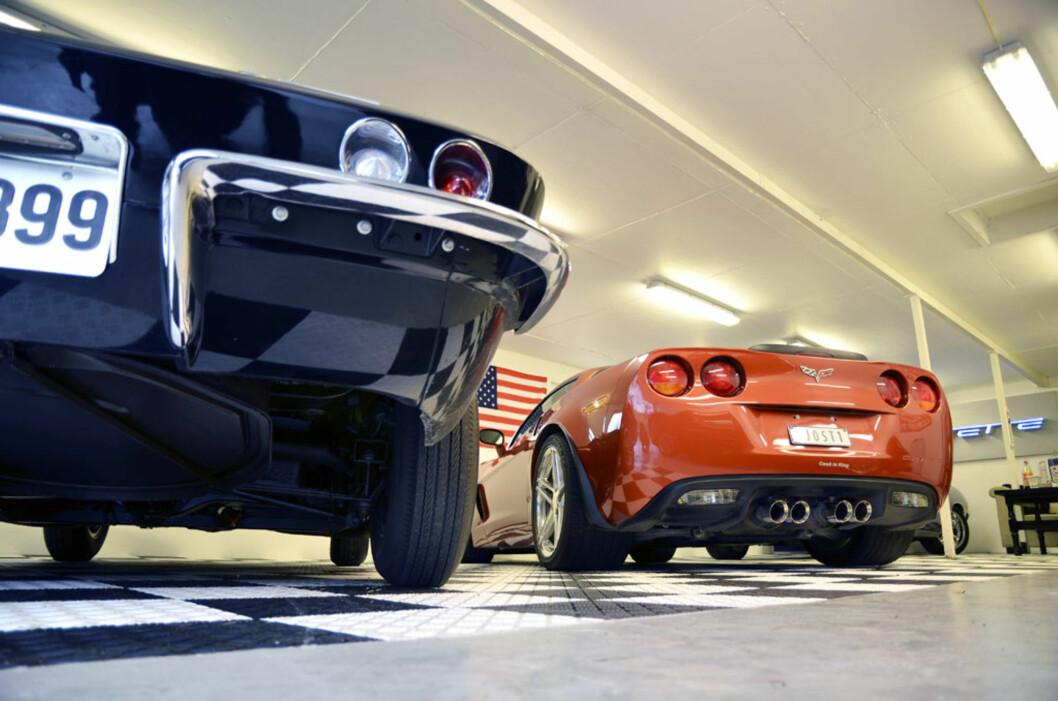 Det skiller mange år mellom de to Corvettene, men noen likhetstegn er å spore i designet, som blant annet de runde, doble bremselysene. Foto: Stein Inge Stølen