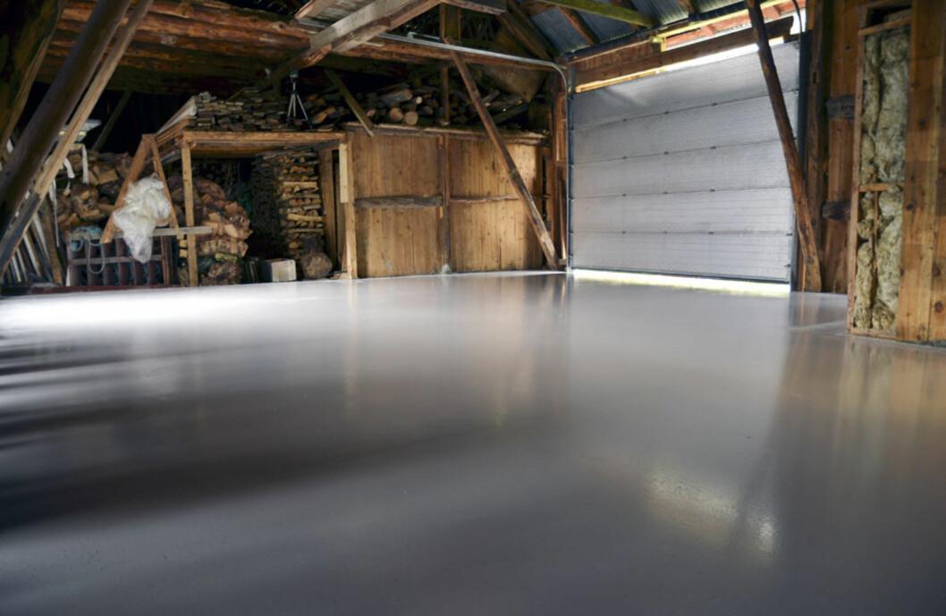 Garasjen skal utvides for å få plass til nyinnkjøpte drømmebiler. Gulvet er allerede støpt, nå gjenstår bare kosejobben... Foto: Stein Inge Stølen