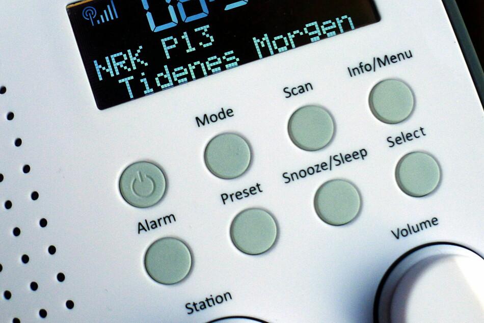 FRYKTINNGYTENDE: I forhold til den gamle «dampradioen» kan en DAB+-radio anno 2017 se skremmende ut. Heldigvis er den ikke så vanskelig å bruke. (Foto: Tore Neset)