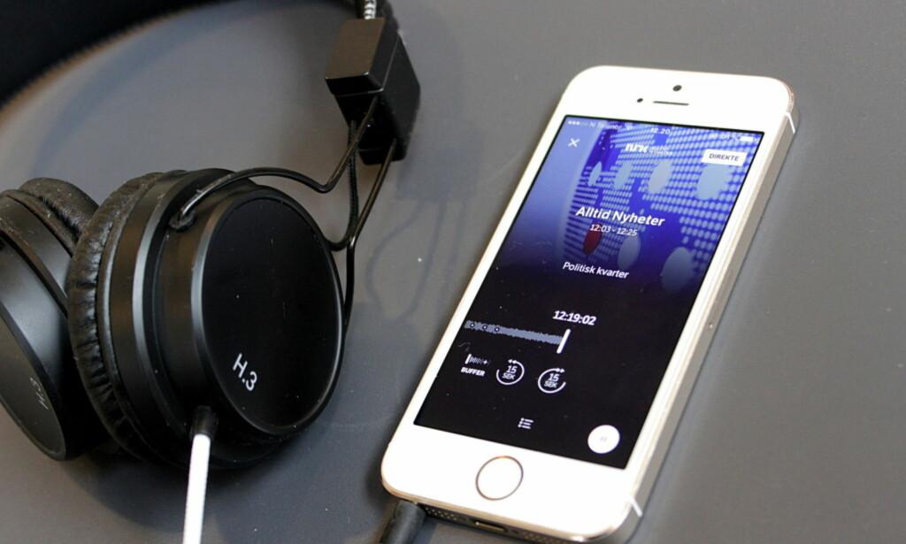 VIA MOBILEN: Selv om de færreste har DAB-radio om bord, har alle mobiltelefoner mulighet for nettradio. Foto: Tore Neset
