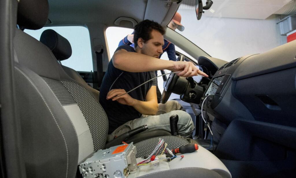 BYTTE TIL DAB+: Bilverkstedene over hele landet vil trolig få hendene fulle i tida som kommer. Foto: Arne V. Hoem/Dagbladet
