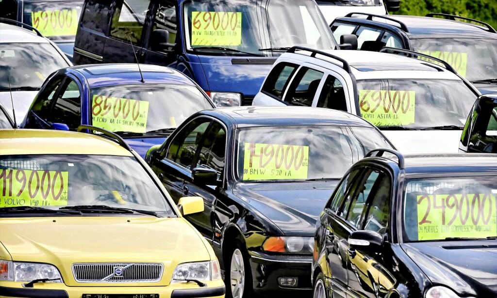 BETAL PÅ NETT: Over en million kjøretøy skifter eier hvert år. Nå blir prosessen rundt omregistrering enklere.  Foto: MAGNE JOHANSEN/Scanpix
