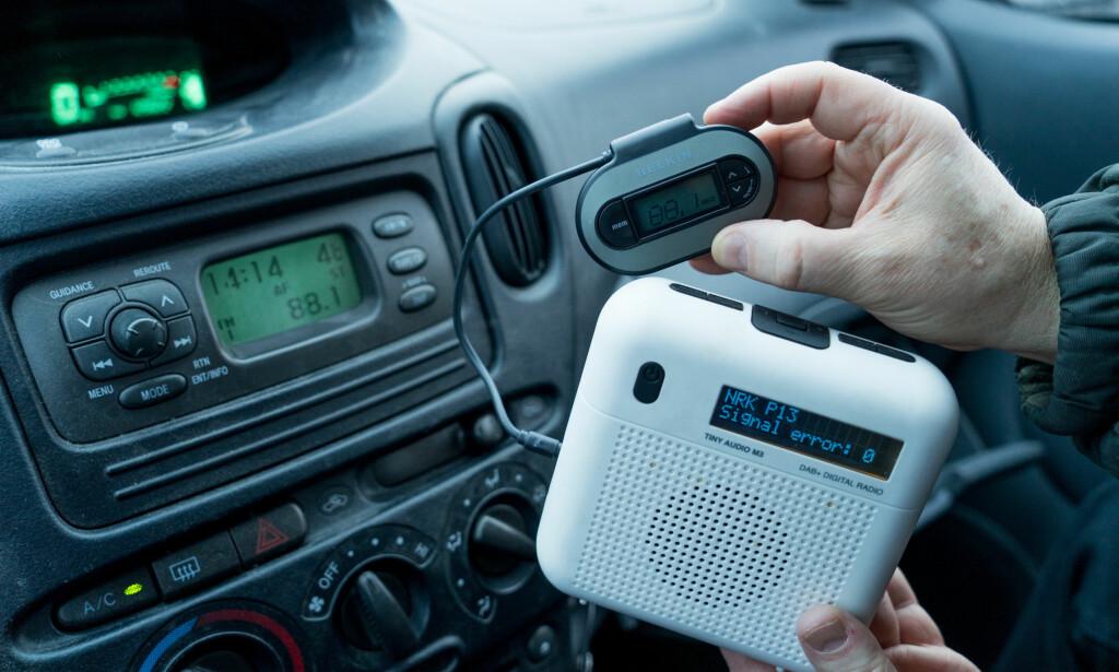 ENKEL LØSNING: Du kjøper deg en FM-sender og rasker med deg en DAB-radio du allerede har. Og vips! Så har du DAB i bilen. Se video lenger nede i artikkelen. Foto: Per Ervland