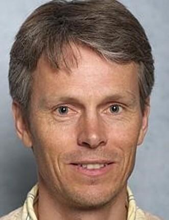 UENIG: Avdelingsdirektør og hørselsforsker Bo Engdahl hos Folkehelseinstituttet mener det er lite som tyder på at folkehelsen trues av hørselsskader som følge av høy lyd fra bruk av hodetelefoner. Foto: Privat