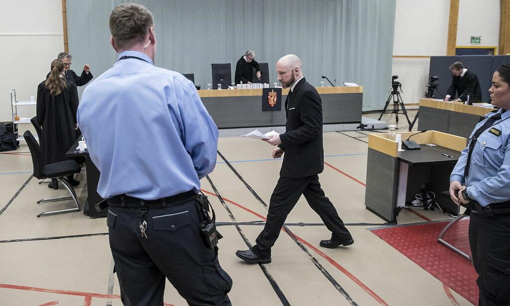 FORKLARER SEG: Terrordømte Anders Behring Breivik (37) forklarer seg i lagmannsretten. Her på vei til pause etter første del av partsinnlegget. Foto: Bjørn Langsem / Dagbladet