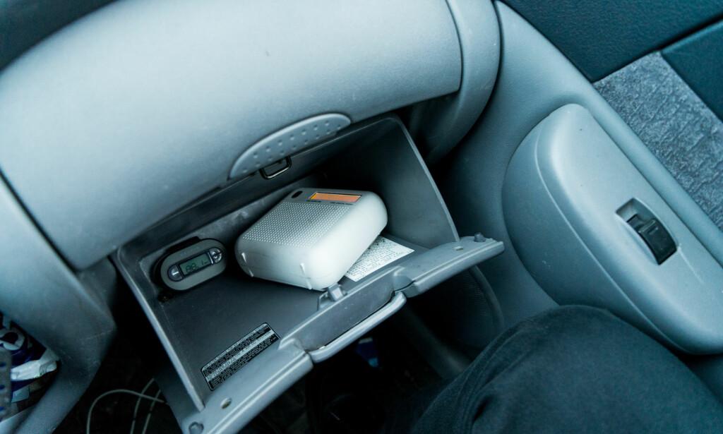 UTE AV SYNE: Både senderen og radioen trivdes godt i hanskerommet i vår testbil. Foto: Per Ervland