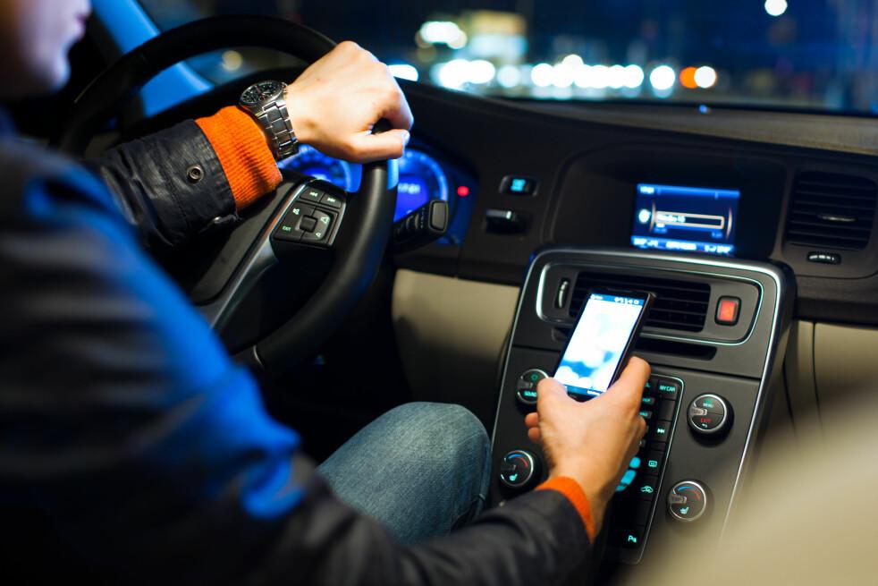 <strong>ALTERNATIV TIL DAB:</strong> Har du bil uten DAB+? Da kan du koble den til mobilen og strømme radio fra mobilen. Det er ikke spesielt dyrt i utgangspunktet, men nå får Onecall-kunder bruke det helt gratis. Foto: Shutterstock / NTB Scanpix